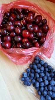 For reference, this is 1 kilo of cherries which cost 800 Chilean pesos. So almost 2.5 pounds of cherries for about $1.32 USD. Also here is a pint of blueberries which cost 1,000CP.